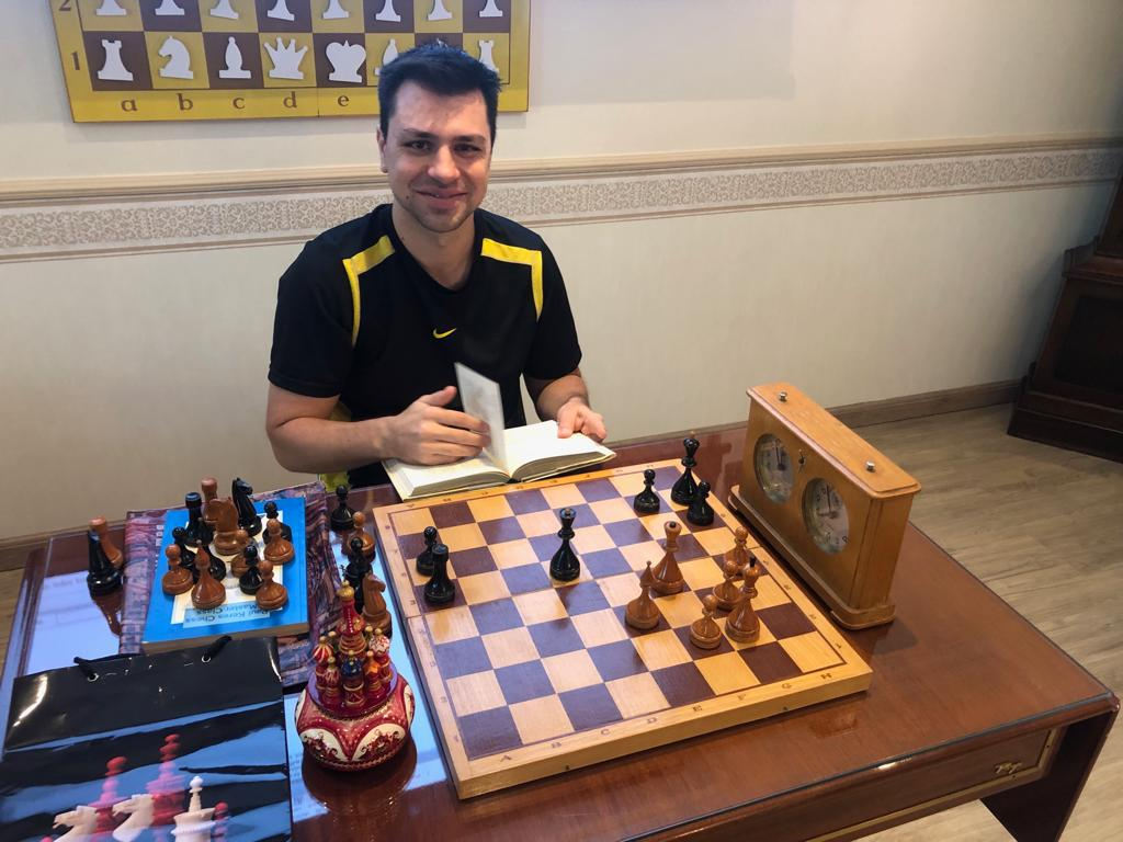 Felipe K. Menna Barreto, vencedor do Torneio, estudando uma partida com um modelo ORIGINAL do campeonato soviético de 1961. O relógio ao lado, também é modelo original dos campeonatos soviéticos da década de 60.